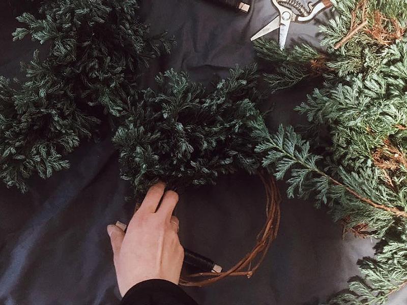 お花やグリーンで華やかにおもてなし!クリスマスリースづくり講座