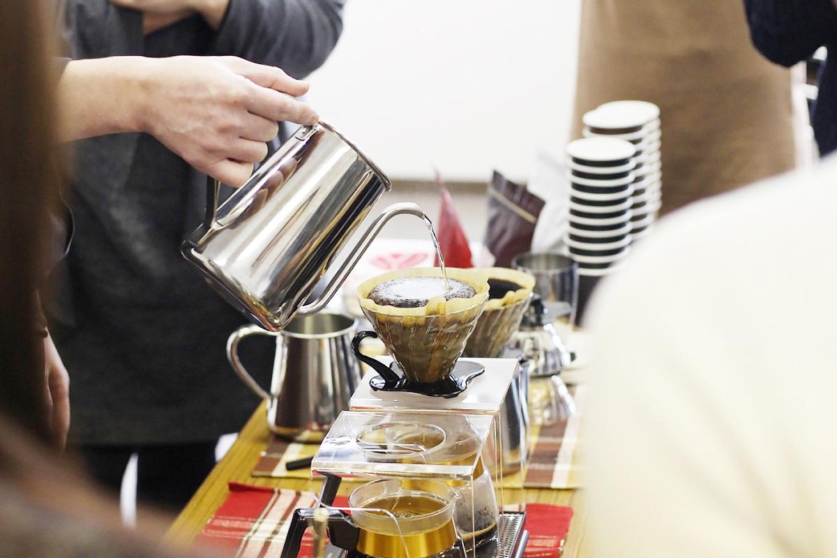 焙煎師によるコーヒーの淹れ方講座のワークショップ風景